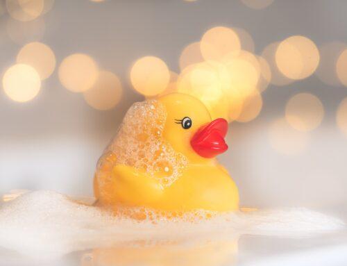 Atooppisen lapsen kylpeminen